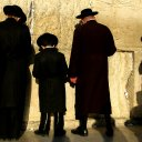 bennett_stevens-phylakterion-altfamily-in-prayer-at-the-western-wall-in-jerusalem-israel