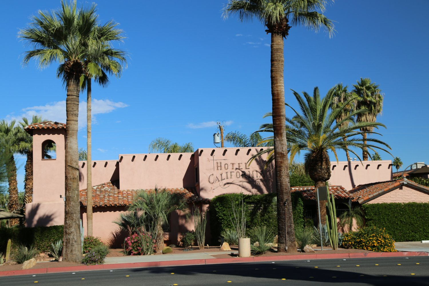 Guides palm springs ca hotels lodging dave 39 s for Hotel california