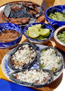 Sopes con queso y tacos de barbacoa. Mexico