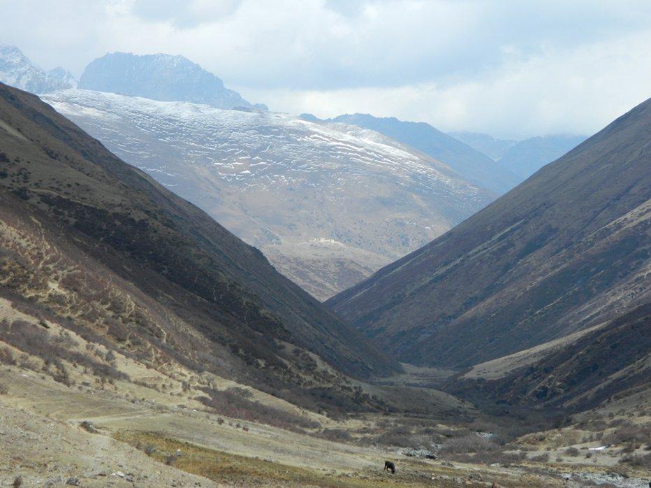 Lingshi Dzong from Mo Chhu valley.