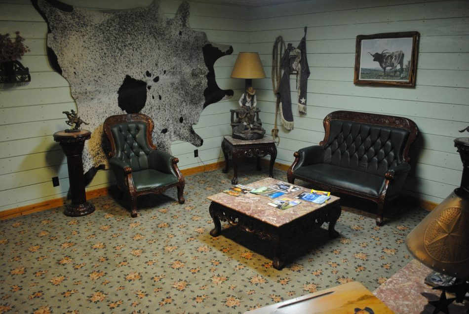 Sitting room in the silver spur guest ranch