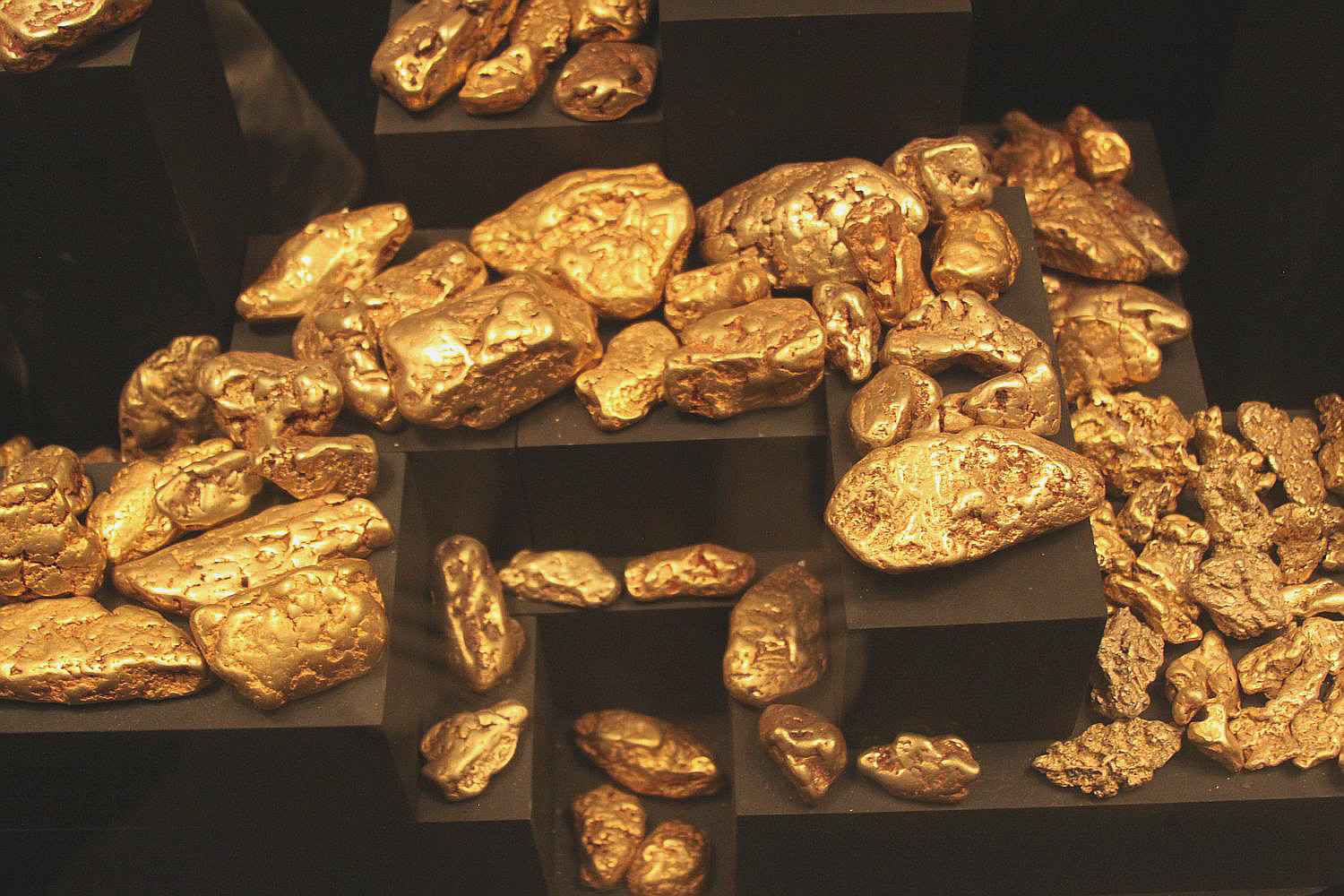 How are gold mined