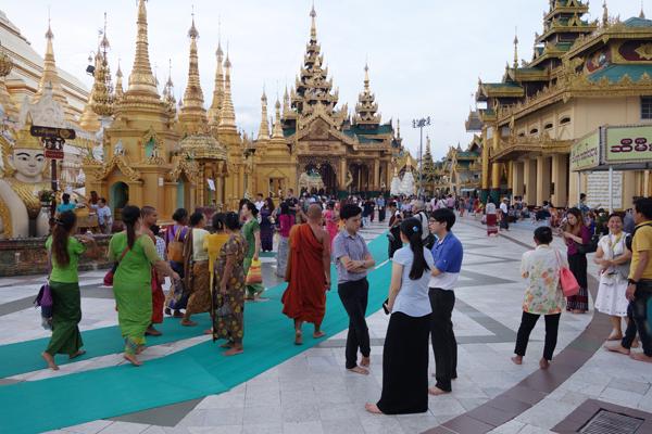 Visitor throng at Schwedagon